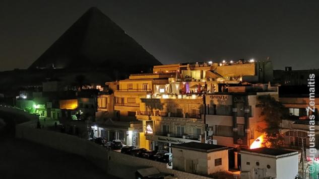 Piramidė virš šiuolaikinio turistų miestelio (Giza)