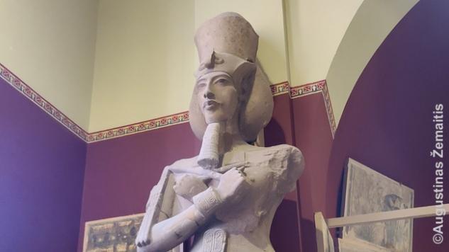 Amarnos laikotarpio menas Kairo muziejuje. Echnatonas vienintelį kartą Senovės Egipto istorijoje pakeitė visą meno stilistiką, todėl to laiko menas toks retas ir mėgiamas. Mano istorijos vadovėlyje, kaip ir daug kur Europoje iki XXI a., Echnatonas aprašytas kaip progresyvus valdovas: sukūrė monoteizmą, kuriuo paskui sekė žydai, krikščionys, musulmonai. Dabar į jį vis dažniau žiūrima kaip į ekscentrišką diktatorių - eilinį Egiptui