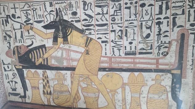 Anubis (pomirtinio pasaulio dievas) atveria mumijos burną. Kaip neįtikėtina turėjo būti pirmam po ~3000 metų iškasti tokius meno kūrinius!