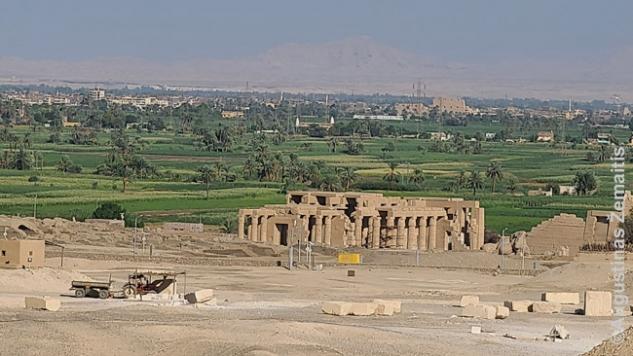 Žvelgiant skerasi visą Nilo slėnį prie Luksoro. Akivaizdu, kur dykuma pereina į smėlį, ir kuri baigiasi