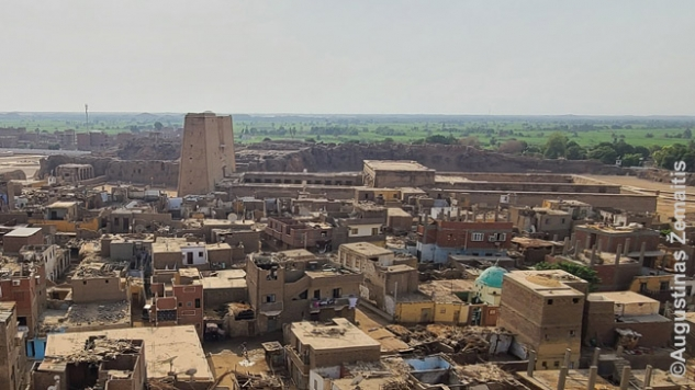Edfu miestelio panorama su šventykla