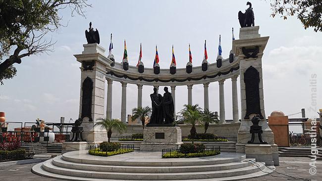 Bolivaras susitinka su San Martinu (paminklas Malecon 2000). Šie du Pietų Ameirkos libertadorai judėjo iš skirtingų pusių, perimdami miestą po miesto iš ispanų valdžios