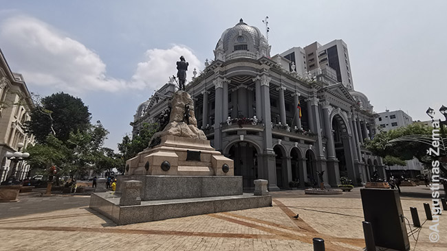 Gvajakilio centre, tarp vos keleto likusių senų didingų pastatų