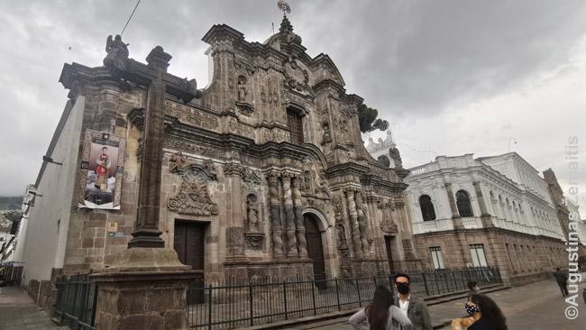 Bažnyčia Kito senamiestyje. Ekvadore įprastas toks dekoras - labai puošnus fasadas ir gana plynos likusios sienos