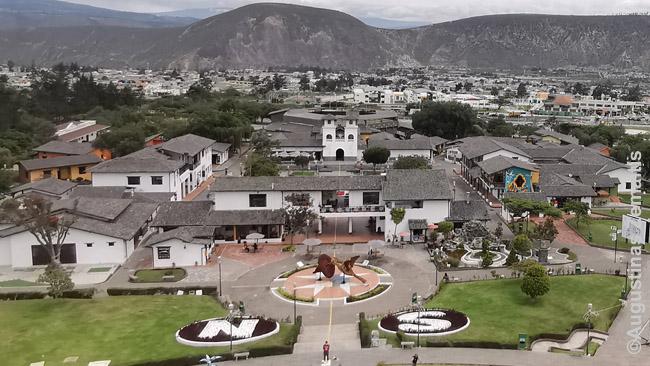 Mitad Del Mundo miesto vaizdas nuo jo paminklo viršaus. Geltona linija esą skiria pietų ir šiaurės pusrutulius, ji kerta pusiau ir specialiai pastatytą bažnyčią