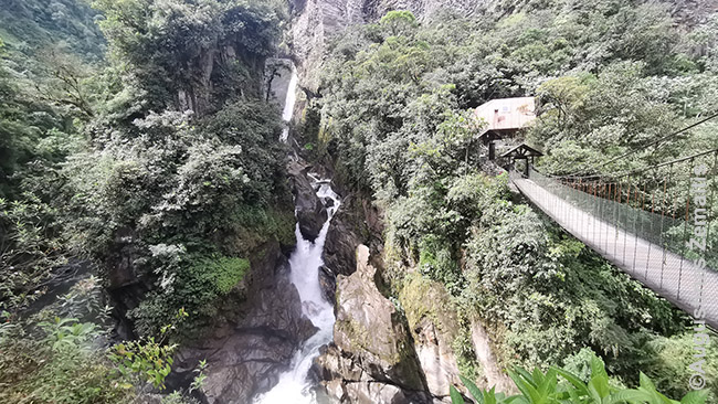 Krioklys Krioklių kelyje. Pavažiavus juo toliau, nusileidžiama į džiungles.