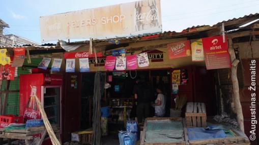 Skurdi parduotuvėlė neturistinėje zonoje Kenijoje. Akivaizdu, kad savininkai daug neturi, bet stengiasi, dirba.