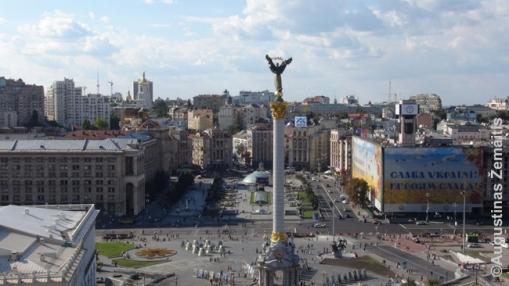 Kijevo Maidanas karo su Rusija metu, praėjus vos keletui mėnesių po Maidano protestų. Viskas ramu, lankytinos vietos atviros - tik vėliavų daugiau