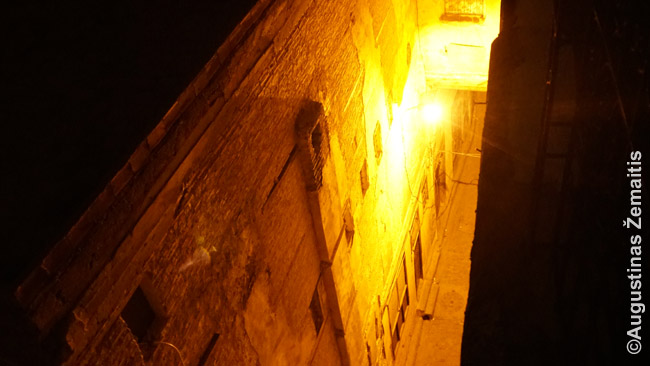 Feso medinos gatvelė iš viršaus, persisvėrus per stogo atbrailą. Paskui ji pereina į 'tunelį' (nuotraukos viršuje)