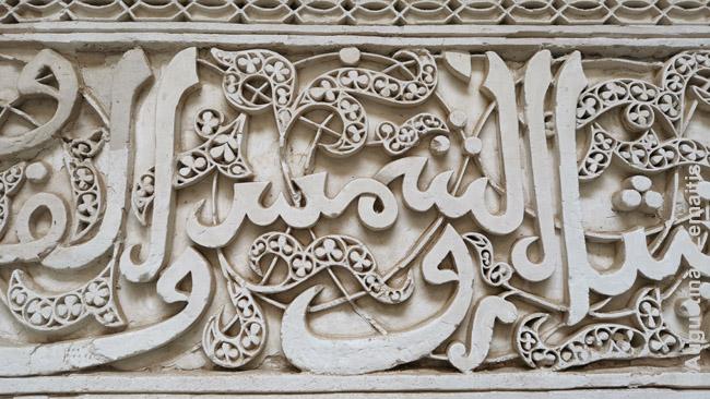 Arabiška kaligrafija. Kadangi islamas neleidžia vaizduoti žmonių ar gyvūnų, kaligrafija - dažna dekoro forma