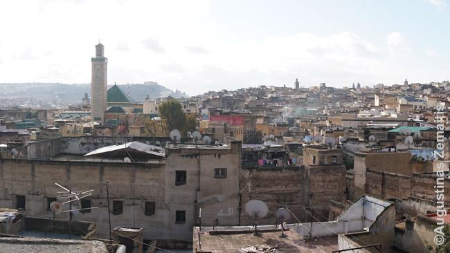 Feso miesto medina nuo vieno lygiųjų stogų. Medinos dvasios nuotraukoje perteikti neįmanoma: turi ten pasivaikščioti, dairytis, pasiklysti