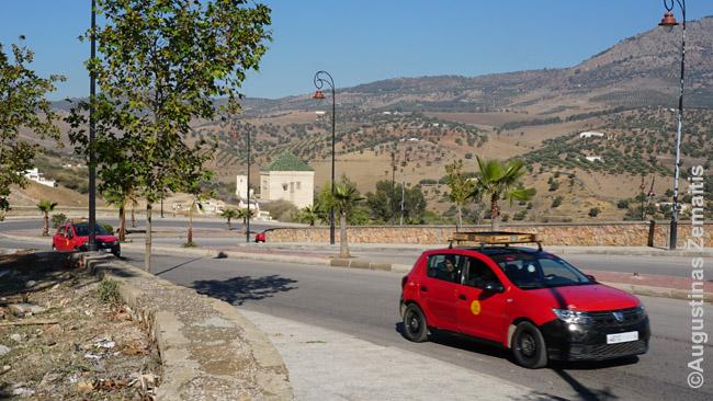 Mažieji taksi (Petit Taxi) - įprastas būdas važinėti po Fesą. Kadangi aplink mediną tėra keli automobilių keliai, daug kam reikia važiuoti ten pat ir taksistai, tarsi autobusai, ima keleivius pakeliui - kol užsipildo