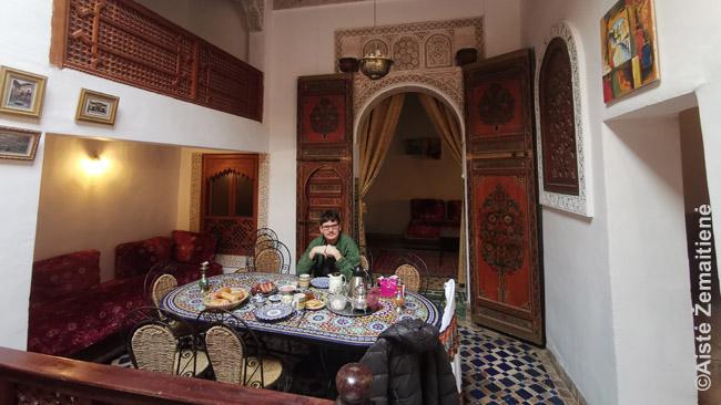 Vienas dalykų, kurį svajojau padaryti grįžęs į Maroką - ir padariau - išsinuomoti tradicinį namą riadą. Nuotraukoje - 400 metų senumo riade Fese.