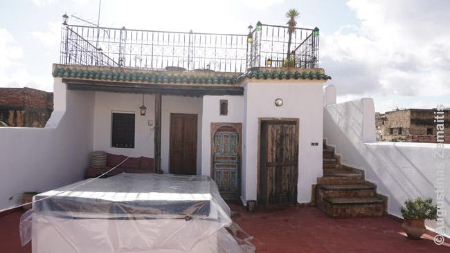 Riado stogo terasa (viršuje) ir papildomas kambariukas po ja