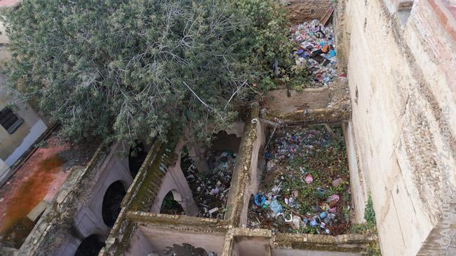 Vaizdas pro langą iš riado. Šie griuvėsiai - kitoje gatvės pusėje. Riado prižiūrėtojai pasakojo, kad čia būta mečetės. Dabar ten - katinų kovų arena