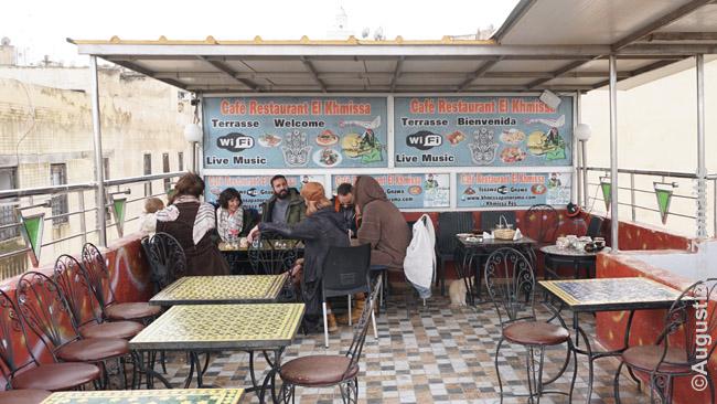 Vienoje iš Feso kavinių ant stogo. Kaip ir daugelis, ši skirta visų pirma turistams