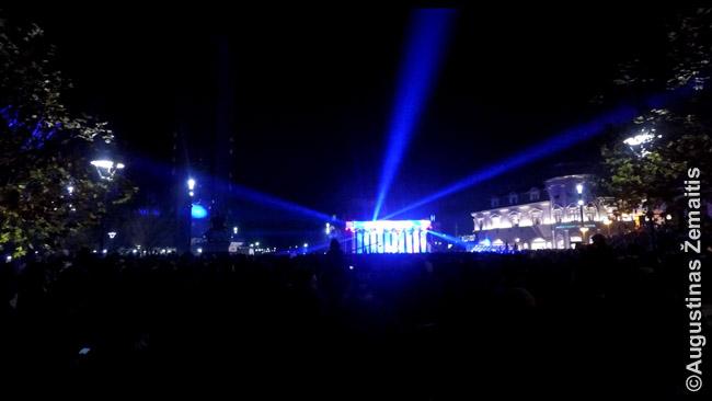 """Šiame koncerte Kosove realybėje matėsi daug daugiau: šėlstantys žmonės, švytintys užrašai """"Dėkui JAV"""" (nes vyko Padėkos dienos proga). Bet filmavau be reikalo - kaip parodo šis iš filmuotos medžiagos ištrauktas kadras, beveik viskas susiliejo į vos dvi - tamsią ir šviesią zonas."""