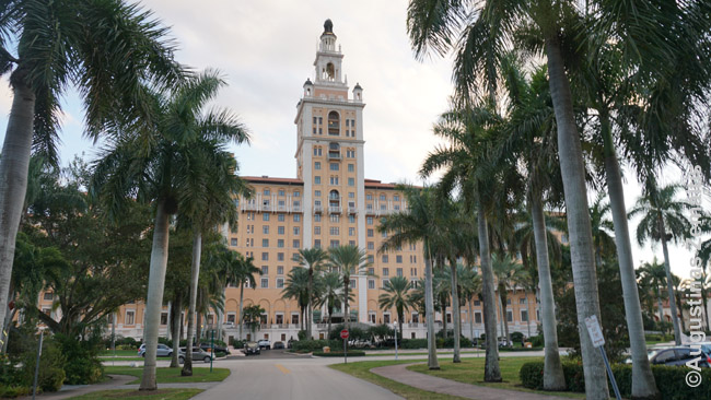 Coral Gables tarpukario viešbutis prie Majamio. JAV įspūdingiausia ne 'senoji', o XX a. pradžios istorija: kai pastatai dar buvo statomi įspūdingi, o JAV jie buvo statomi didžiausi pasaulyje: visoje Europoje panašaus senumo panašaus dangoraižio nerasi