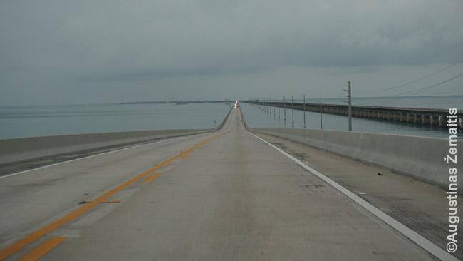 Overseas Highway ten, kur jis jungia salas. Dešinėje matosi senasis tiltas, važiuojame per naująjį