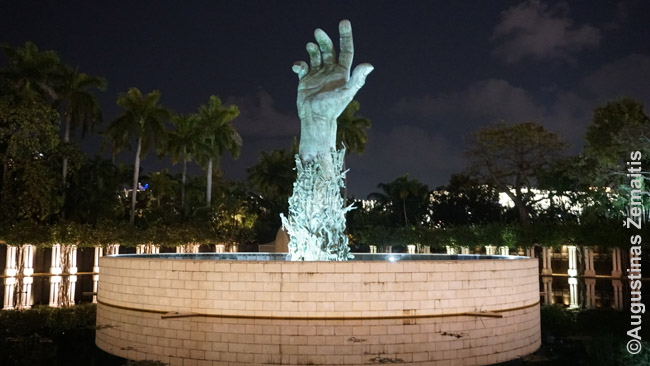 Paminklas holokaustui Miami Beach - ranka kyla į viršų, ja bando kopti konclagerių kaliniai
