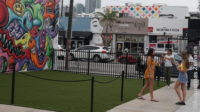 Merginos fotografuojasi Majamyje, Vinvudo rajone