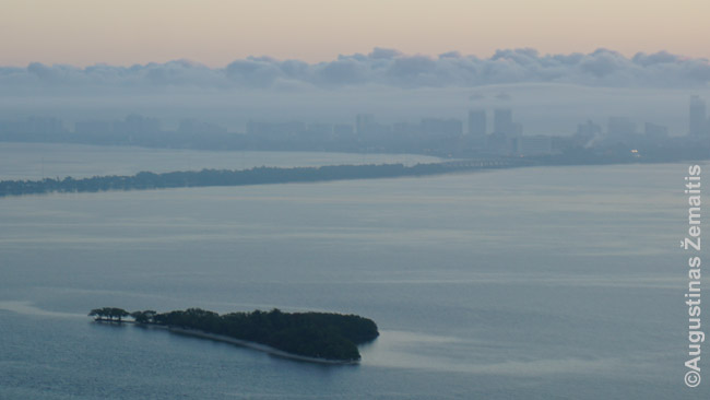 Rūke paskendęs Miami Beach anapus širdies formos salos prie kurios kartą buvo nusileidęs hidroplanas (Majamio turtuolių transporto priemonė)