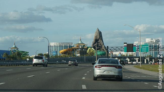 Eilinis atrakcionų parkas palei vieną greitkelių prie Orlando