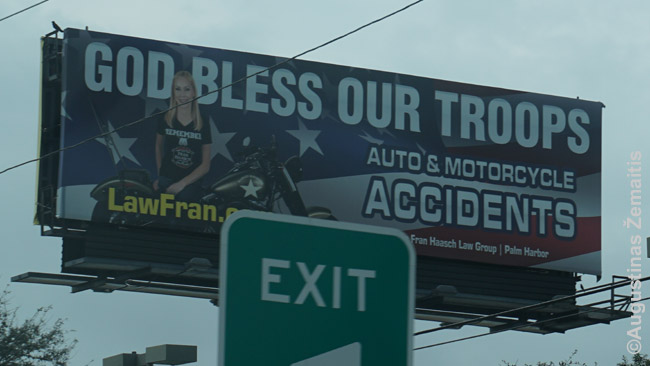 Niekur nemačiai tiek teisininkų reklamų, kiek Floridoje. Visokie 'Paslydimo advokatai' skatina padavinėti teisman kiekvieną, ką tik įmanoma, ir žada milijonus. Ši advokatė reklamuojasi prie motociklo su šūkiu 'Telaimina Dievas mūsų karius' - gal sužavės kokį seną veteraną ir pasamdys ją, ir paduos kartu į teismą kokią kavinę, kur veteranas paslydo