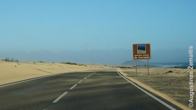 Įvažiavimas į Koralecho kopas Fuerteventuroje
