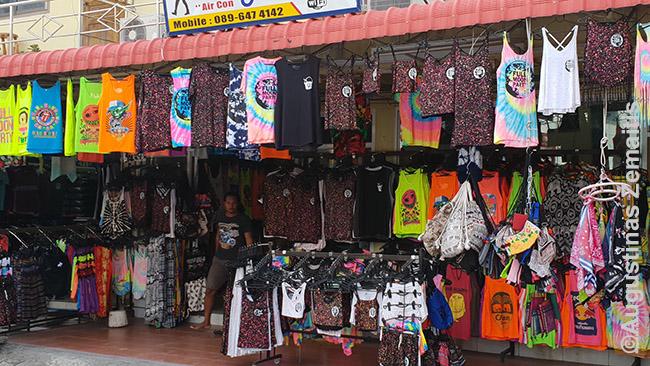 Hatrino parduotuvės pilnos Full Moon party atributikos. Ji - labai įvairi; nors trodo, kiek gi gali būti marškinėlių ar šortų, bet daugelis paruduotuvių pardavinėja skirtingus