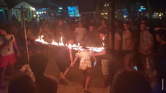 Vakarėlio dalyviai lenda po degančiu limbu