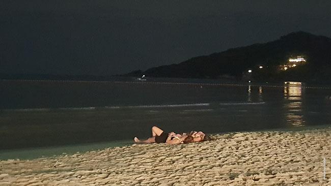 Kai kurie vakarėlio dalyviai galiausiai užmiega paplūdimyje arba miego zonoje. Tik svarbu dėl viso pikto neturėti su savimi nieko brangaus