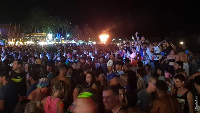 Full Moon Party šokiai prie vieno paplūdimio barų