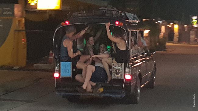 Taksi pramogautojus iš Hat Rino išveža į Džiunglių vakarėlį