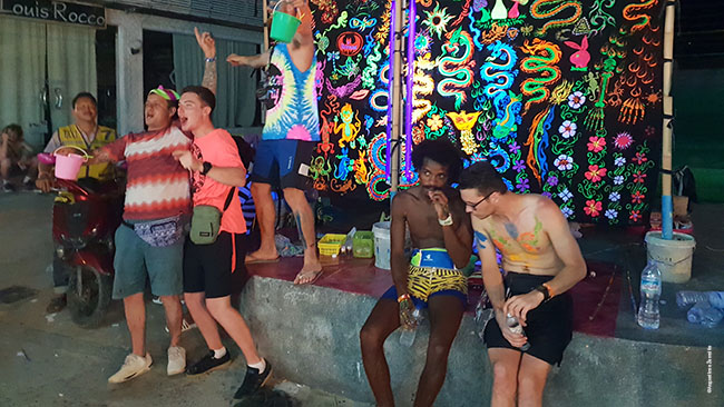 Full Moon Party dalyviai, išsidažę fluorescentiniais dažais