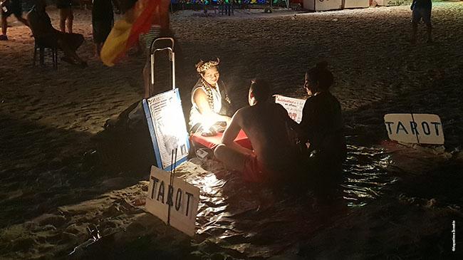 Būrimas taro kortomis - viena pramogų Full Moon Party paplūdimyje