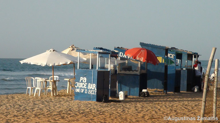 Sulčių pardavėjai Gambijos kurorte. Savo sultis jie siūlo įkyrokai.
