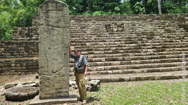 Prie majų stelos su įrašais