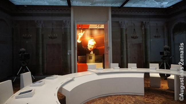 Šis kambarys Solidarumo centre staiga virsta tuo kambariu, kur vyko derybos tarp komunistų valdžios ir opozicijos - sienos virsta ekranais, pasigirsta pasakojimas. Tai tik viena salių, per kurias visas perėjęs  supranti komunizmo ir jo žlugimo Lenkijoje istoriją