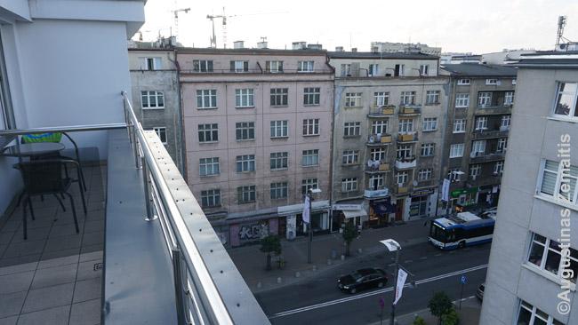 Vaizdas iš buto, kuriame nakvojome, į panašaus stiliaus pastatus su terasomis viršutiniame aukšte