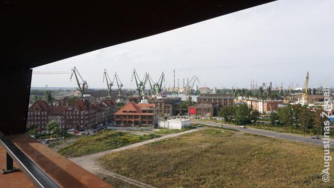 """Gdansko laivų statyklos, kuriose gimė """"Solidarumas"""", žvelgiant nuo Solidarumo centro stogo. Čia tikros laivų statyklos tampa tarsi įrėmintu eksponatu, apie kurį pasakoja audiogidas"""