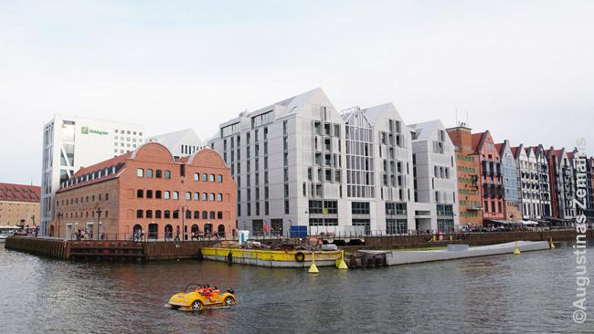Šiuolaikiniai Gdansko pastatai anapus kanalo