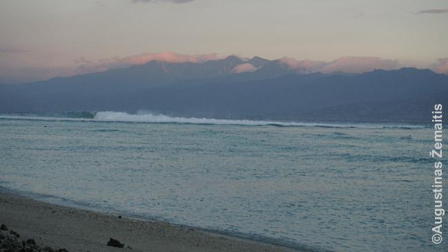 Bangos plakasi į Gilio krantus. Kiekvienoje salos pusėje - kitokie vaizdai