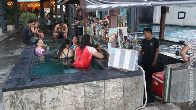 Baras kuriame sėdima baseine Gilio Travangane