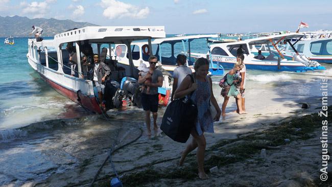Turistai išlipa Gili Air saloje atplaukę iš Gili Travangano. Kaip ir visur Gilyje, nėra prieplaukų, brendama jūra