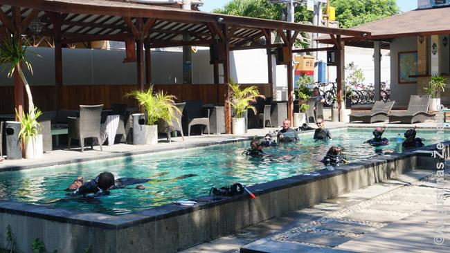 Narų treniruotė specialiame giliame baseine Gilio Travangane