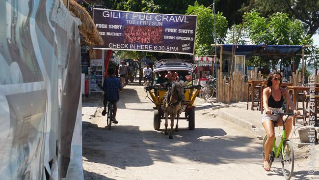 Gilio Travangano pagrindinėje gatvėje - karietos, dviračiai, 'Pub Crawl' reklamos