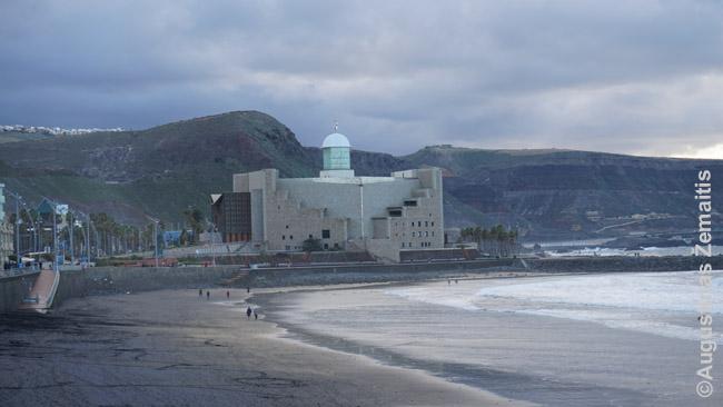 Alfredo Krauzės auditorija, kur vyksta koncertai, iškilusi šalia Las Palmaso Playa de las Canteras paplūdimio