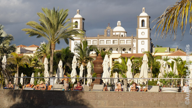 Tai ne bažnyčia, tai - įspūdingiausias iš didžiųjų Meloneras viešbučių, pastatytas taip, tarsi senas Ispanijos kaimas: Lopesan Villa de Conde Resort