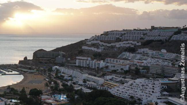 Viešbučiais ir vilomis aplipdyti Puerto Riko kurorto pakrantės kalnai (Gran Kanarija)